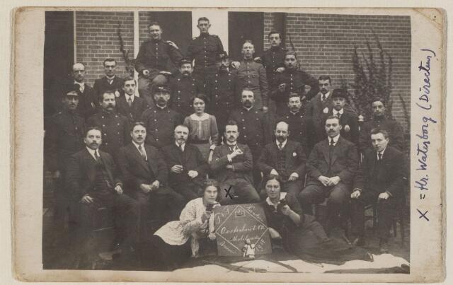 100179 - Postkantoor. P.T.T. Personeel  onder andere: Pierik Gerardus Jacobus van Hoofd, geboren Loenen op 11-12-1883; postbodes: Schapendal, Heijnen en Brouwers (Frederikstraat)