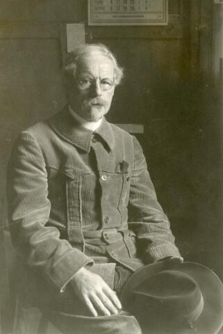 """600506 - Jan Kruysen (Oirschot 1874-1938) expressionistisch schilder van portretten, stillevens, landschappen en religieuze onderwerpen. Nog tijdens zijn leven werd in Tilburg in 1933 een boek uitgegeven: """"Gedachten en beelden van Jan Kruysen"""". In zijn geboorteplaats werd de Kruysen-stichting opgericht, die zorgde voor een grootste herdenking bij zijn honderste geboortedag. De foto werd genomen door kunsthandelaar Van Erp-Broekhans in Tilburg, aan wie Kruysen, die regelmatig in geldzorgen zat, een foto-camera verkocht. Kruysen stond erop dat de camera getest moest worden door het maken van een foto van hem. Een vraag waaraan de kunsthandelaar dus voldeed."""