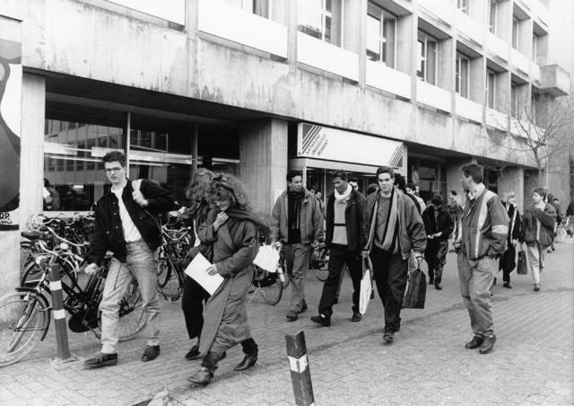 1238_F0207 - Universiteit Tilburg. Studenten voor een gebouw van de universiteit.