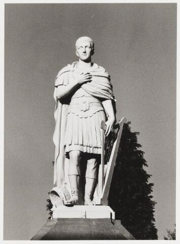 067863 - De oud/testamentische figuur van Koning DAVID, profeet, (ca. 1000 v. Chr.) afgebeeld in Romeinse kledij, en met in de linkerhand zijn atribuut: de harp. Een van de 20 gietijzeren kerkhofbeelden rond het Kerkhof Bredaseweg/Noordhoekring. Foto 1983. Zie ook fotonr. 67854 en  67858  Trefwoorden: Kunst, openbare ruimte.