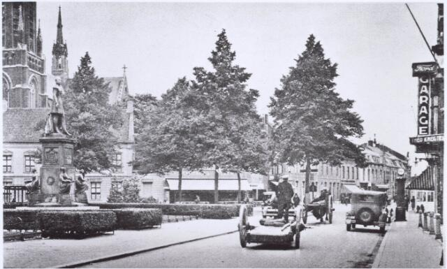 020939 - Heuvel omstreeks 1931. Rechts de Ford-garage van Knegtel. Op de achtergrond de huidige Korte Heuvel