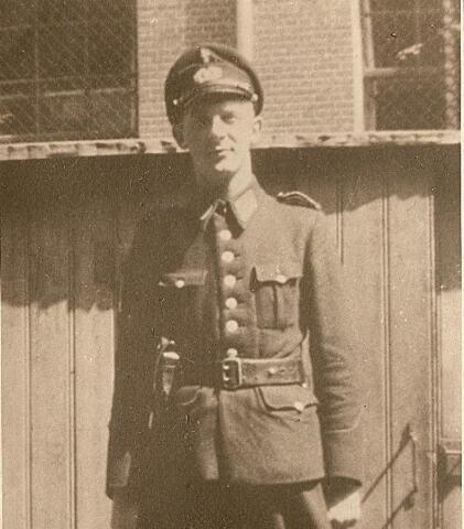 604435 - Tweede Wereldoorlog. Oorlogsslachtoffers. Willem van der Linde; werd geboren op 14 juli 1924 in Rotterdam en overleed op 9 december 1944 in Versen.  Van der Linde was onderwachtmeester bij de Rotterdamse politie en kwam op 20 juni 1944 naar Tilburg. Waarom en wanneer hij gearresteerd werd, is niet bekend. Hij overleed in het kamp Versen, een buitencommando van het concentratiekamp Neuengamme (bij Hamburg), Duitsland.