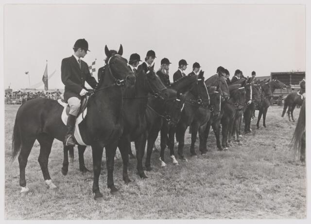 """082072 - Paardensport. Viering 75 jarig jubileum Landelijke Ruitervereniging """"Wilhelmina"""" uit Gilze"""