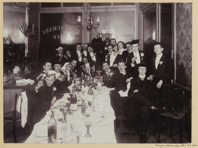 068543 - Inauguratiesouper van studenten te Amsterdam halverwege november 1903. Een van hen is Jan van de Mortel