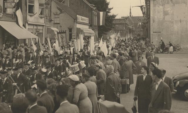 653328 - Parochie Gasthuisring. De processie ter ere van de overbrenging van het Allerheiligste van de oude kerk naar de nieuwe. De Gasthuisstraat (nu: de Gasthuisring) bij de kruising van de Philips Vingboonstraat
