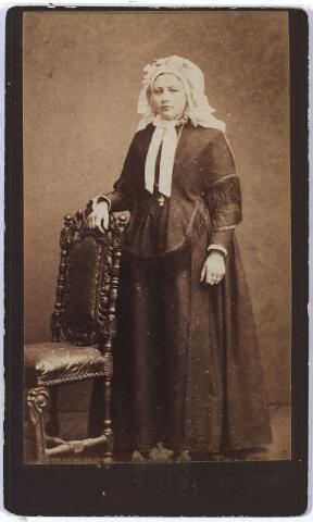 004944 - Vermoedelijk: Antoinette Johanna van LOON (Lage Mierde 1860 - Tilburg 1931, gefotografeerd in rijke Brabantse klederdracht. Zij trouwde met Petrus Hubertus Knegtel (Tilburg 1847-1921), tabakshandelaar.