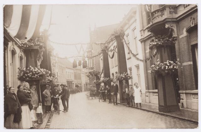 053279 - Koninklijke Bezoeken. Versiering in de Nieuwlandstraat ter gelegenheid van het bezoek van koningin Wilhelmina.