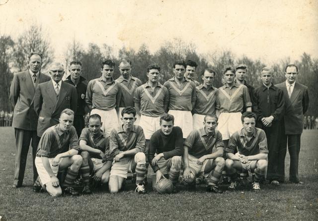 800128 - Sport. Voetbal. Voetbalvereniging R.K.S.V. Taxandria in Oisterwijk. Groepsfoto van een elftal.