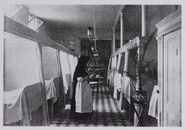 041669 - Elisabethziekenhuis. Gezondheidszorg. Ziekenhuizen. Ziekenzaal voor mannen in het St. Elisabeth Gasthuis. Op de achtergrond ziet men door de geopende deur de kapel.