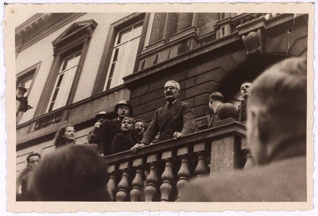 013330 - Tweede Wereldoorlog. Bevrijding. Burgemeester J. van de Mortel is meteen na de bevrijding weer terug op zijn post. Hij werd halverwege juli 1944 door de Duitsers uit zijn ambt ontheven en geïnterneerd in Vught. Tot eind september 1944 vervulde de Nijmeegse NSB'er Hondius de functie van eerste burger