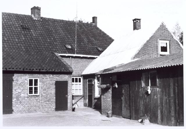 017816 - Erf van een boerderij aan de Rielseweg (thans Dr. Hub. van Doorneweg) eind 1968