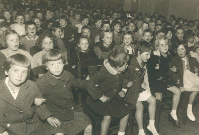 651615 - Meisjesschool Vincentius. Tilburg. De dag voor de officiële viering werd de Revue opgevoerd voor de kinderen van de school het 'eigen volk'. De kinderen spraken over de 'verue', zenuwen misschien?