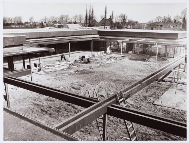 062652 - Op 29 april 1972 werd de eerste fase van het Winkelcentrum Eikenbosch officieel en met feestelijkheden in gebruik genomen; hier wordt de laatste hand gelegd aan het binnen terrein
