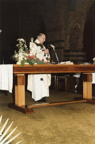 800095 - Sport. Voetbal. Voetbalvereniging R.K.S.V. Taxandria in Oisterwijk. Heilige mis ter gelegenheid van het 40-jarige jubilieum. Deken Verheyen was in de beginjaren betrokken bij de voetbalclub. Als kapelaan van de Johannes kerk was hij geestelijk adviseur van Taxandria.