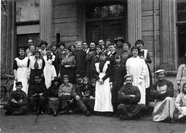 1709_0023 - Comité Vluchtelingen 1914 bij Ambacht en Industrieschool. Familie Franken-Donders