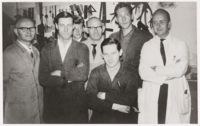 050094 - Volt, Technische Afdelingen, Metaalwaren. Waarschijnlijk de onderhoudsgroep van de afdeling Metaalwaren omstreeks 1965. Geheel rechts met witte werkjas Jan van Groos, afdelings-chef. Naast v. Groos op de achterste rij Jan Jansen.