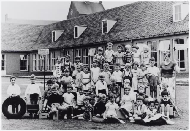 045529 - Onderwijs. Klassenfoto. St.-Annakleuterschool met juffrouw Diny Otten.