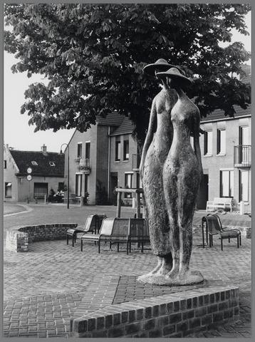 88732 - Standbeeld Haven 2 vrouwenfiguren in brons gemaakt door Niek van Leest geplaatst in 1988.