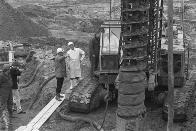 TLB023002722_002 - Werk in uitvoering. Overleg bij een grondboring tijdens slaan van de eerste paal van het Stadskantoor Tilburg. Februari 1990.