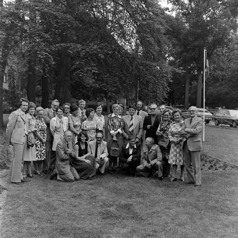 1237_012_990_006 - Viering van een jubileum van textiel firma Van Besouw b.v. bij restaurant Boschlust in Goirle in juni 1976. Groepsfoto.