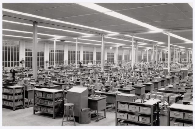 038744 - Industrie. Volt. Oosterhout. Fabricagehal in 1961, waarschijnlijk de afd. spoelenwikkelen. Fabricage- of productie vond in Oosterhout plaats van april 1951 t/m 1967.