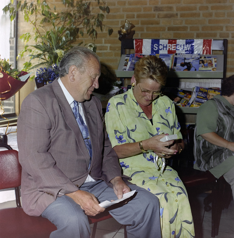 1237_001_019_012 - Feestelijke receptie bij de Diensten Centrale aan de Havendijk in juni 1999. Feest ter gelegenheid van de zestigste verjaardag van een vrouwelijke medewerker. De jarige ontvangt een geschenk.