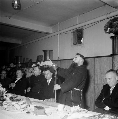 050442 - 50-jarig bestaan KAB en 25-jarig bestaan Kajotters. Taak: bundeling van activiteiten van de diverse R.K. Werkliedenverenigingen aanvankelijk in het federatief verband van de Bossche Diocesane Werkliedenbond, later als Tilburgse afdeling van de landelijke arbeiders- en vakbeweging op katholieke grondslag, tot de fusie daarvan met het N.V.V. in het F.N.V.