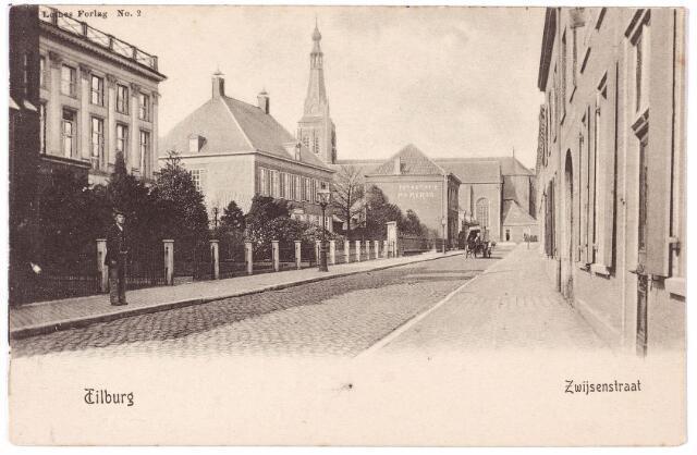 000047 - Bisschop Zwijsenstraat met links het klooster van de zusters Visitatie en de pastorie van de parochie 't Heike. Op de gevel links reclame voor fotoatelier 'Au Heron', waarschijnlijk de fotograaf van deze kaart.