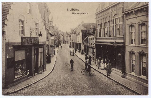 001669 - Nieuwlandstraat. Links het huis 'de Oude Ster' op de hoek van de Zomerstraat. Het pand dat gebouwd werd in 1624 werd eind 19e eeuw bewoond door koek- en banketbakster weduwe Smulders, bekend om haar Tilburgse Janhangel merk 'Oude Ster'.  In 1899 werd het huis en de bakkerij overgenomen door Henri van de Pas. In 1913 kocht de gemeente het pand om het in 1914 te laten slopen om plaats te maken voor een tramlijn.  In 1886 brak brand uit in de nabijgelegen sigarenwinkel van A. v.d. Brand. Deze brand dreigde over te slaan naar 'De Oude Ster', maar het pand is toen behouden gebleven.