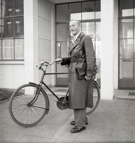 653711 - Bestuur. Bode met fiets.