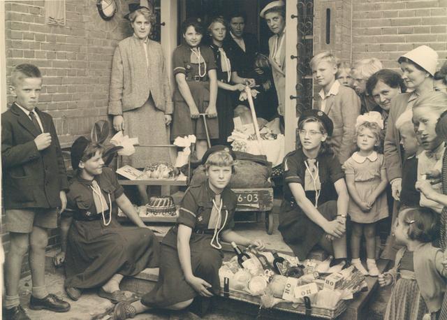 651702 - R.K. Kerk Onze Lieve Vrouw van Altijddurende Bijstand, Tilburg. De inwijding van deze kerk gebeurde door Mgr. W. Mutsaerts (1889-1964) en op de foto zijn de gidsen te zien met de geschenken die ze even later aan de bisschop van Den Bosch zouden overhandigen.