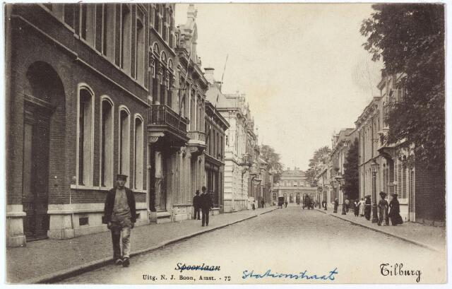002581 - Stationsstraat richting station. Links v.l.n.r. de panden Stationsstraat 29, 27, 25 en 23. Op nummer 29 woonde rond 1900 Johannes Petrus Hauser, koopman in manufacturen, geboren te Dülken in Duitsland op 20 maart 1857. Hij was getrouwd met Louisa A.G.M. van Dooren, geboren te Tilburg op 8 januari 1853. Rond 1909 woonde het echtpaar in de Willem II-straat. In 1915 werd Hauser failliet verklaard. Inmiddels woonde in het pand Stationsstraat 29 Francois Pierre Jules Marie van Dooren, geboren te Tilburg op 4 september 1860. Hij was fabrikant van wollen garens en getrouwd met Sophia Victorine Maria Koppel. Op nr. 27 woonde in 1902 ijzerhandelaar Egidius van Dun, een zoon van kachelsmid Van Dun. Hij verhuisde naar Rotterdam in 1908. Een van de volgende bewoners was Francois Dieudonné Gerard Schreinemacher, geboren te Tilburg op 17 augustus 1888 en aldaar in 1919 getrouwd met Elisabeth A.M. Jongen. Hij was koopman in machineriën. Vervolgens de panden van de familie Gimbrere en kachelsmid Van Dun op de hoek van de Fabriekstraat.