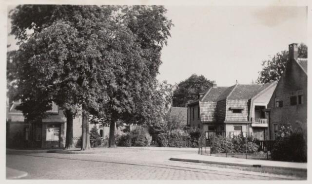 101728 - Kruispunt Links de Heuvelstraat, midden de Bouwlingstraat, rechts de Bredaseweg en middenvoor de Gasstraat; rechts de boerderij van Broeders