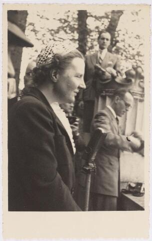 042776 - Koninklijke Bezoeken. H.K.H. prinses Juliana op het balkon van het Paleis-Raadhuis tijdens haar bezoek aan de stad de nationale feestdag, de eerste na de bevrijding.