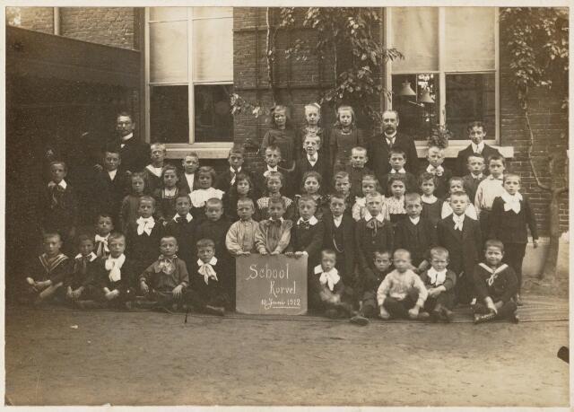 051246 - Basisonderwijs.Klassenfoto  r.k. lagere school. Jongensschool uit de wijk Korvel. Bertus Woltman (overleden in 1983) staat in de derde rij rechts half verscholen, later boekhouder van 1973-1983 bij Verschuuren-Piron.