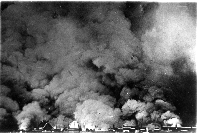 830024 - Tweede Wereldoorlog. Oorlogsjaren. Rotterdam, mei 1940. Dikke rook boven de stad.