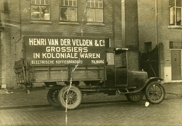 200129 - De vrachtwagen van de firma Henri van der Velden, grossiers in koloniale waren aan de Bosscheweg (nu Tivolistraat). De vrachtwagen werd geleverd door garagebedrijf Knegtel.