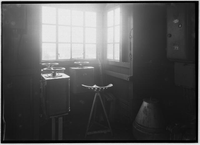 050959 - Interieur van een hijskraan van de firma G.B. Sanders uit Enschede, geplaatst aan de Piushaven in Tilburg.