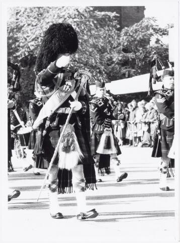 043334 - Op het Paleisplein vonden op 27 oktober 1984 festiviteiten plaats rond de viering 'Tilburg 40 jaar bevrijd'. Hier een optreden van het Schotse pipercorps The Gordon Highlanders.