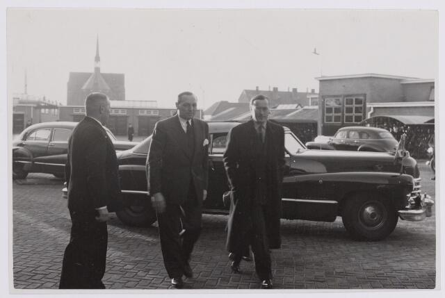 037647 - Textiel. Aankomst van prins Bernhard bij wollenstoffenfabriek H. F. C. Enneking aan de Goirkestraat op 13 november 1950. Hij wordt verwelkomd door directeur Hein Enneking sr. Op de achtergrond de kerk van de parochie Hasselt