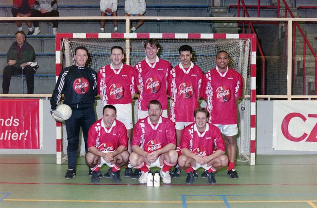 1237_001_029-1_016 - Sport. Voetbal. Een zaalvoetbal team op 3 januari 1999. Ze worden gesponsord door Coca Cola.