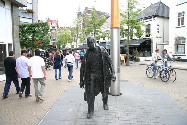 656591 - Straatbeeld Tilburg 2008. Het standbeeld 'De Lopende man' is gemaakt door Peter Erftemeijer in 1990 en staat tussen de Oude Markt en de Schouwburgring.