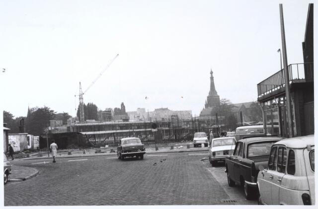 024268 - Bouw van het winkelcentrum op het Koningsplein. Foto genomen vanuit de Koopvaardijstraat. OP de achtergrond de Heikese kerk