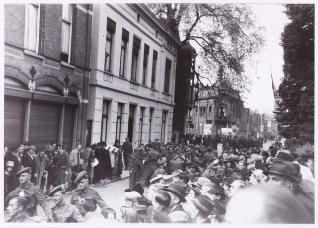 012503 - WO2 ; WOII ; Tweede Wereldoorlog. Bevrijding. Het verzamelen en opstellen van Schotse soldaten in de Zomerstraat. Twee dagen na de bevrijding tracteren ze de Tilburgers op een parade op de Markt.