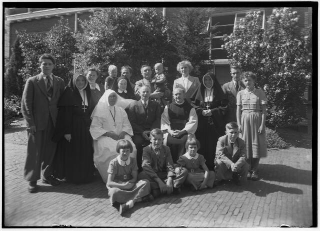 050949 - De familie Houben op de foto vanwege de thuiskomst uit de missie van zuster Houben, lid van de congregatie van de zusters van liefde van O.L.V. Moeder van Barmhartigheid.