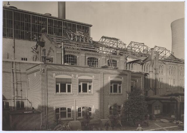 025224 - Tijdens de storm van eind januari 1953 werd ook een gebouw van de gasfabriek aan de Lange Nieuwstraat beschadigd