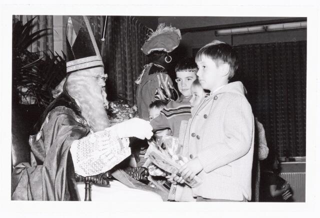 038842 - Volt. Zuid. Ontspanning. Sint Nicolaasfeest in 1960. De kinderen bedanken Sint en Piet voor de cadeautjes. Sinterklaas. St. Nicolaas