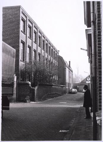 024849 - Textiel. Voormalige fabriekgebouwen aan de Kuiperstraat. Vooraan links de poort van wollenstoffenfabriek Thomas de Beer