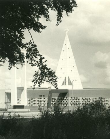 071471 - De kerk van St. Maarten aan de professor Verbernelaan (Reit) is ontworpen door architect Schijvens. Pastoor Vogel was bouwpastoor. In januari 1983 werd de kerk in de Reit gesloopt.