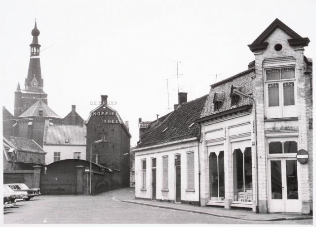 032339 - De Emmastraat uit de richting van het Willemsplein. Al deze huizen zijn  afgebroken thans deel uitmakende van parkeerterrein en het nieuwe gemeentehuis aan het Stadhuisplein. Rechts op de voorgrond hoek Pleinstraat het winkelpand van Tabbers (kachelsmid).